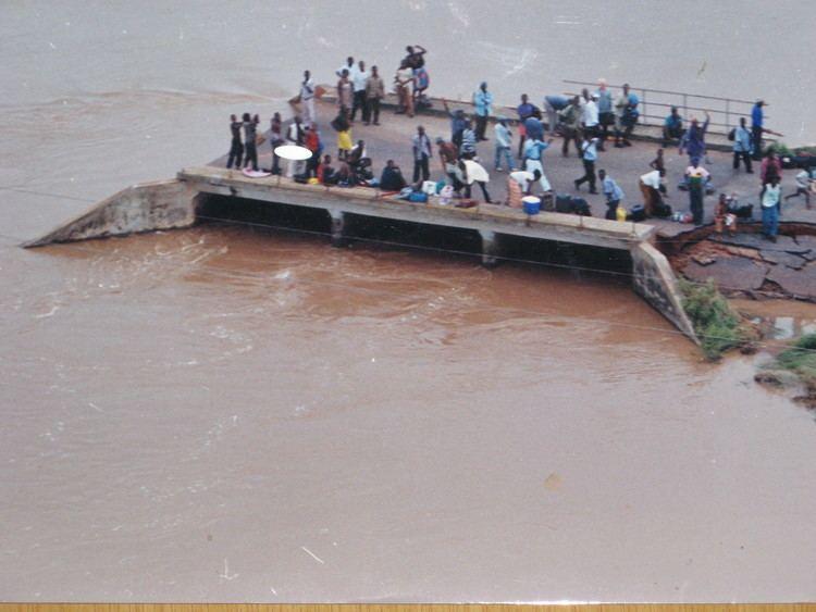2000 Mozambique flood File2000 Mozambique flood Group Waiting 5687137504jpg