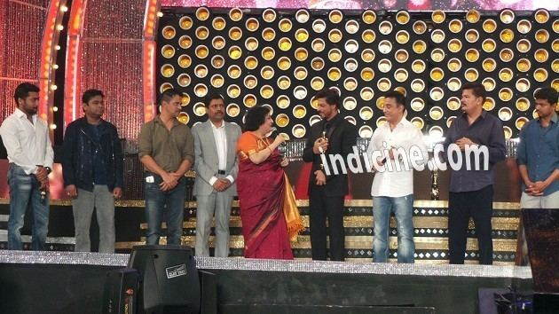 8th Vijay Awards SRK receives 39Entertainer of Indian Cinema39 award at 8th Vijay