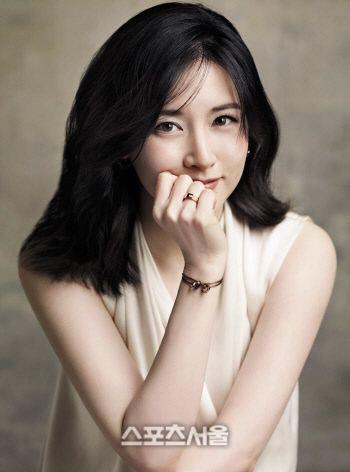 A. E. Lee Jeon Jihyeon talks about Lee Youngae Kim Yoonjin and