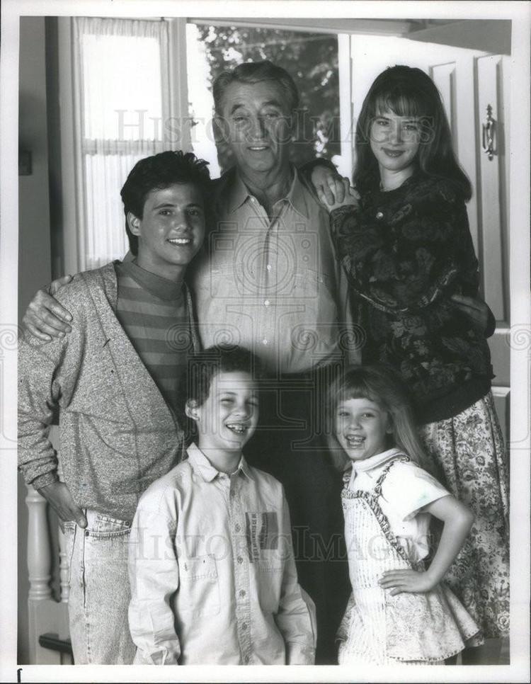 A Family for Joe 1990 Press Photo A Family For Joe Robert Mitchum Juliette Lewis Ben