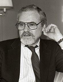 Alan J. Pakula httpsuploadwikimediaorgwikipediacommonsthu