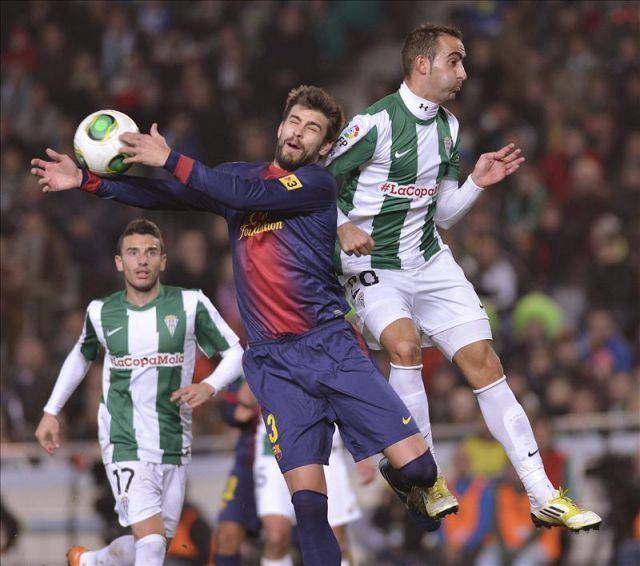 Alberto Aguilar Leiva El defensa del FC Barcelona Gerard Piqu c disputa un