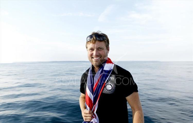 Alex Thomson (sailor) Alex Thomson smashes 60 singlehanded monohull