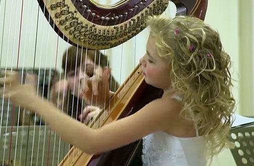 Alisa Sadikova A Little Girl Playing The Harp Russia Alisa Sadikova tocando el