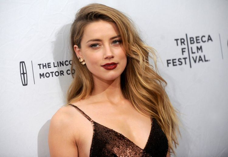 Amber Heard Amber Heard gives her mum a telling off on the red carpet