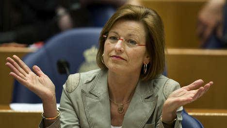 Angelien Eijsink PvdA stemt tegen plannen bezuiniging defensie Nederland
