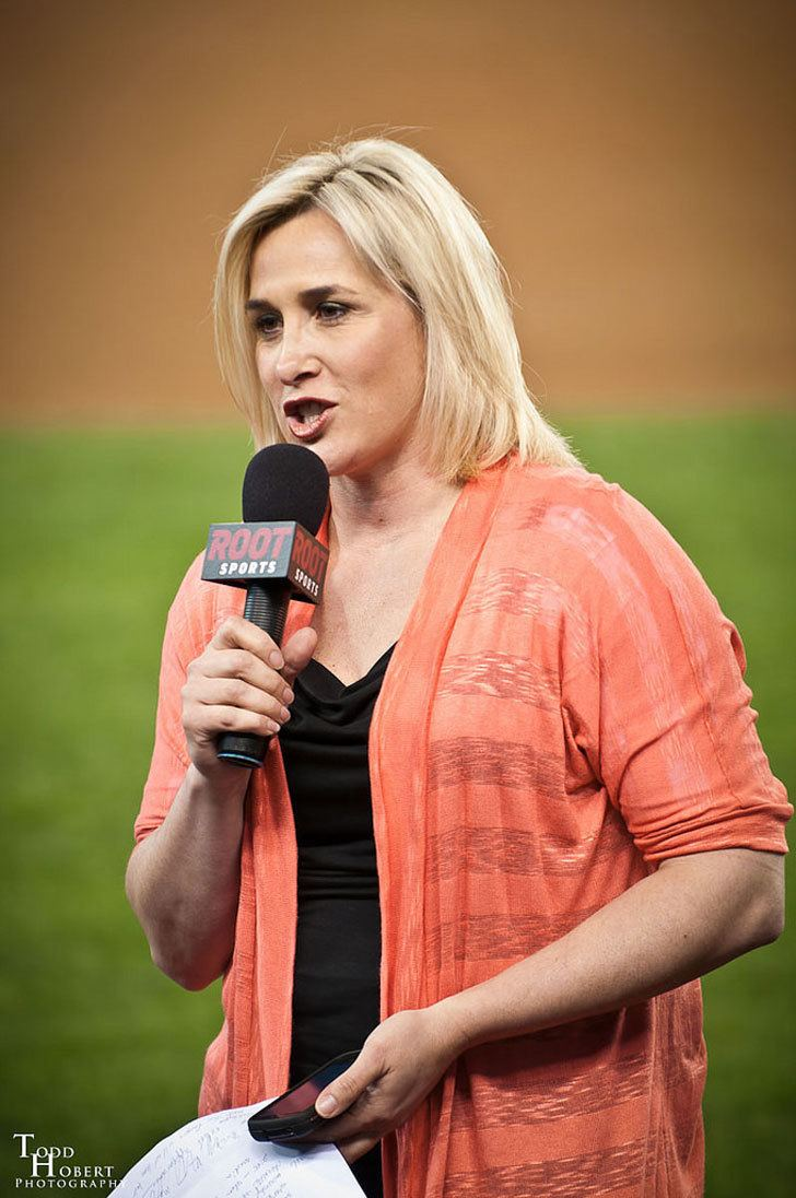 Angie Mentink Fox Sports hottie Angie Mentink is married to DrJarrett Mentink and