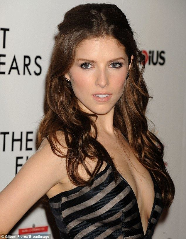 Anna Kendrick Anna Kendrick wows in VERY plunging black and silver gown