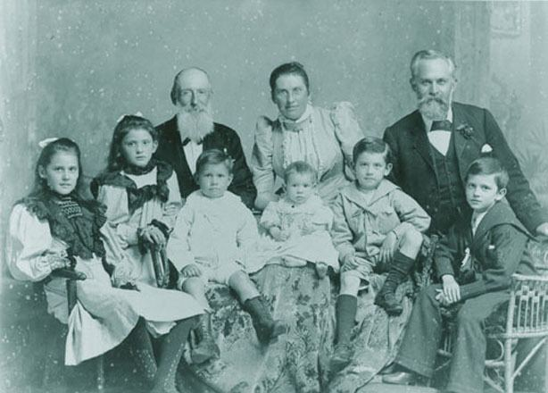Annabella Mary Geddes Mary Annabella Mary Geddes centre back and her family 1890s