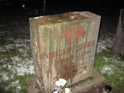 Arndt Pekurinen Muistokynti Arndt Pekurisen haudalla 5112009 AKL