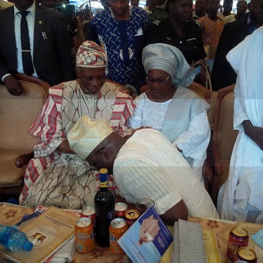 Bamidele Olumilua Fayose Kneels Before Bamidele Olumilua A Former Ondo State Governor