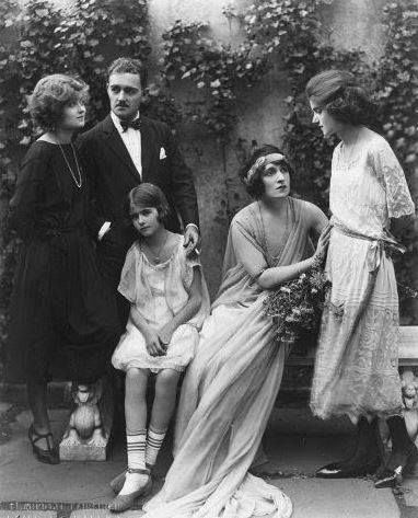 Barbara Bennett Little Joan Bennett with her sisters Constance and Barbara Bennett