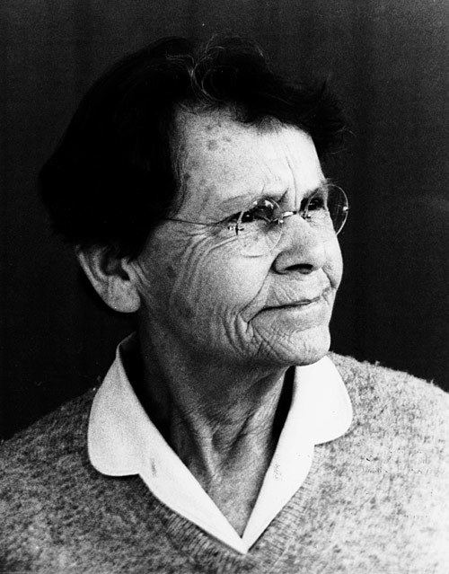 barbara mclintock Barbara mcclintock made a number of groundbreaking discoveries in genetics she demonstrated the phenomenon of chromosomal crossover, which increases genetic variation in species.