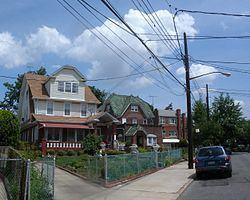 Briarwood, Queens httpsuploadwikimediaorgwikipediacommonsthu