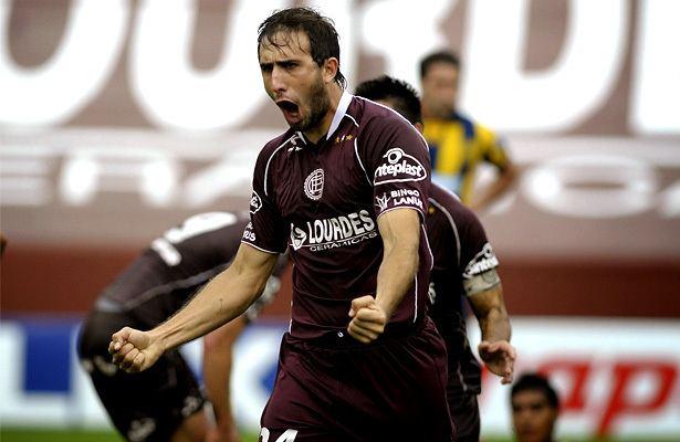 Carlos Izquierdoz En Argentina oficializan la llegada de Carlos Izquierdoz a