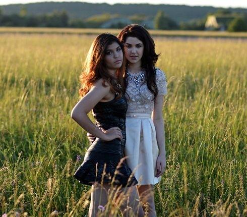 Carmel Buckingham Celeste Buckingham natoila duet se svou mlad sestrou