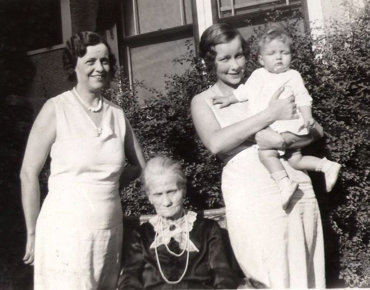 A 1931 photograph of four generations of mothers and daughters