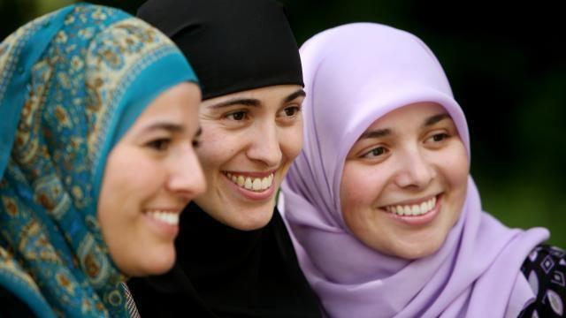 De Meiden van Halal Meiden van Halal hebben spijt van discussie met Hans Teeuwen NU