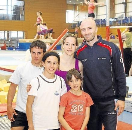 Donald Miranda Donald Miranda con cuatro de sus ocho pupilos en el gimnasio del
