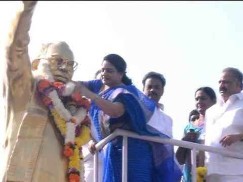 Dronamraju Satyanarayana Congress party members paying tributes to Dronamraju Satyanarayana