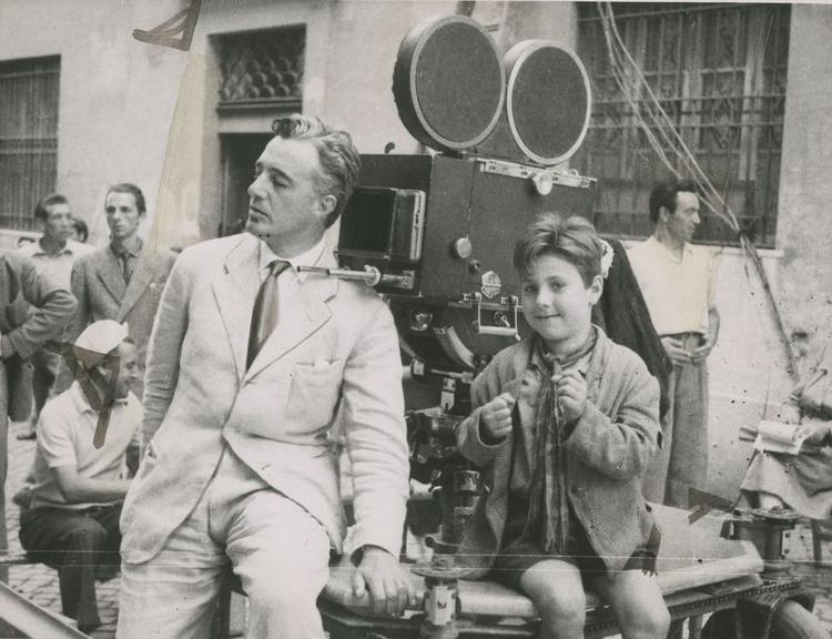 Enzo Staiola wandrlust Vittorio de Sica and Enzo Staiola filming Bicycle Thieves