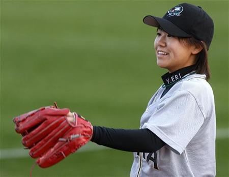 Eri Yoshida Japanese knuckle princess wows US baseball crowd