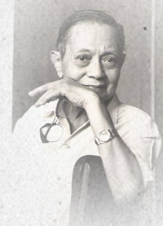 Fernando Amorsolo wearing polo and wristwatch while holding his eyeglasses