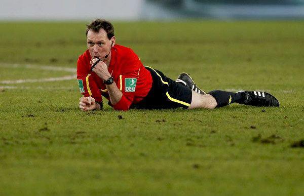 Florian Meyer Florian Meyer geht bei der PokalPartie VfB gegen Bayern