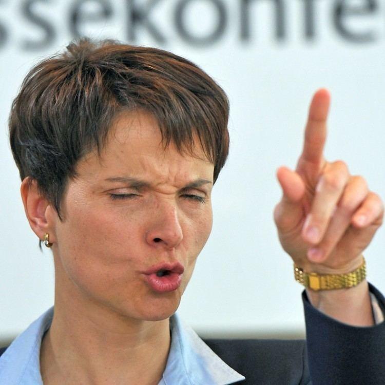 Frauke Petry AfD Frauke Petry mit Fruchtsaftbeuteln attackiert