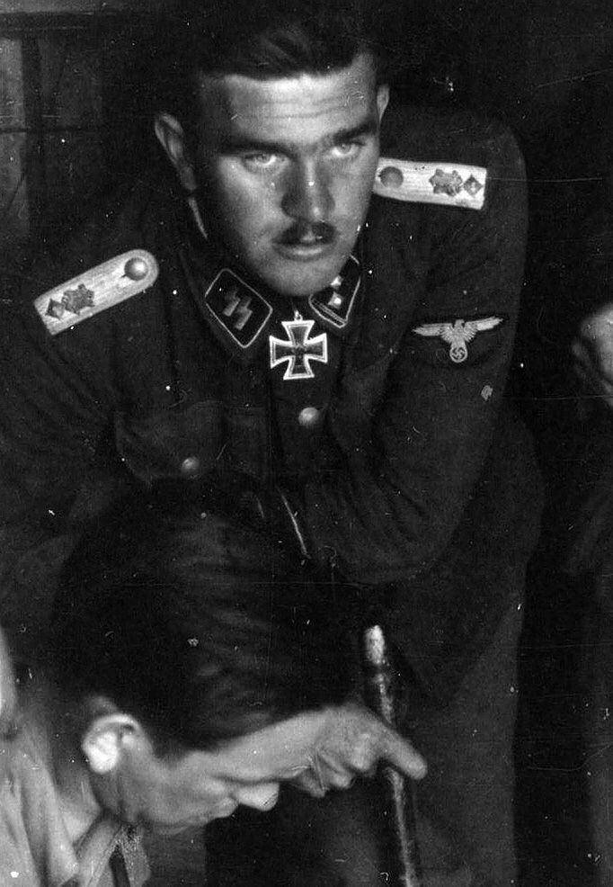 Gerhard Bremer SSObersturmfhrer Gerhard Bremer conferring with Kurt