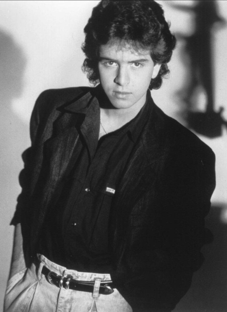 Glenn Medeiros wearing a shirt, a suit and pants (a black and white photo)