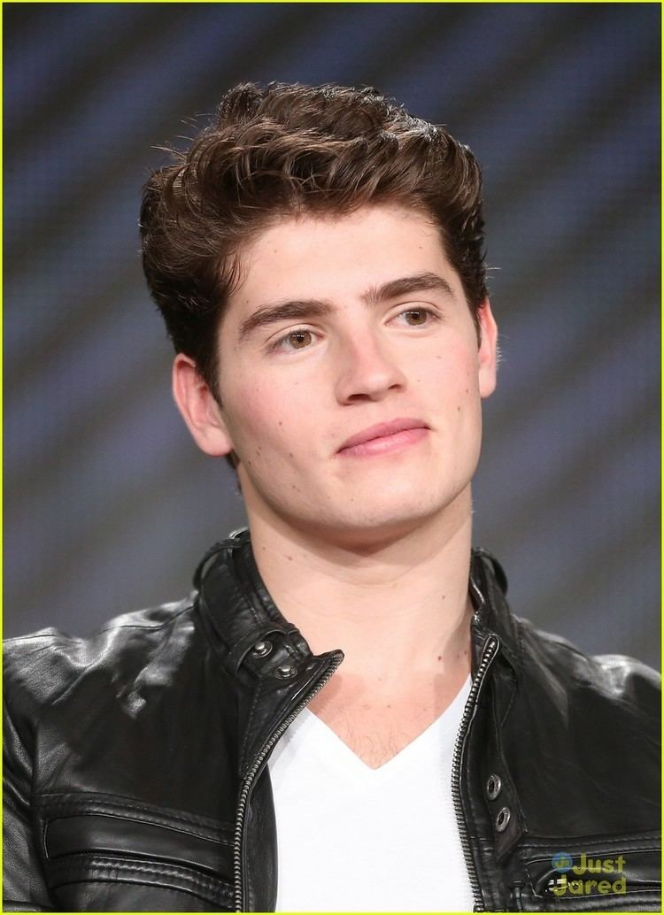 Gregg Sulkin Gregg Sulkin amp Bailey Buntain 39Faking It39 at TCA Winter