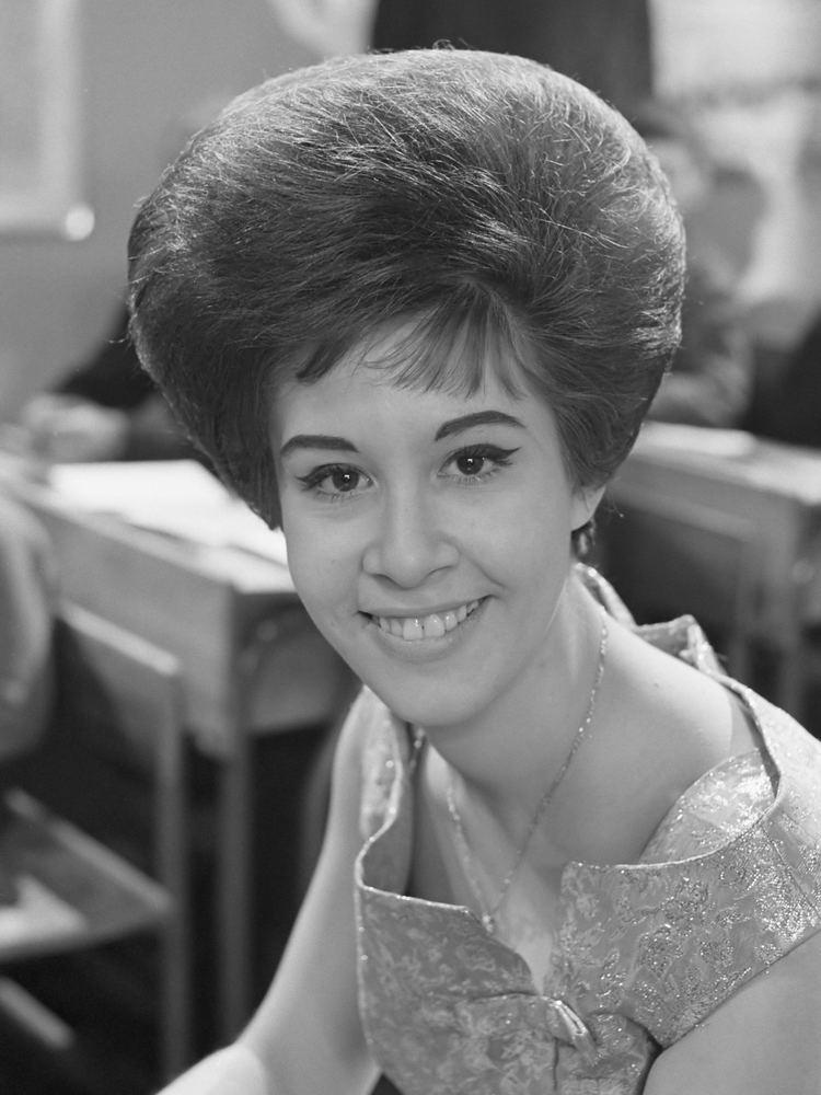 Helen Shapiro httpsuploadwikimediaorgwikipediacommons77