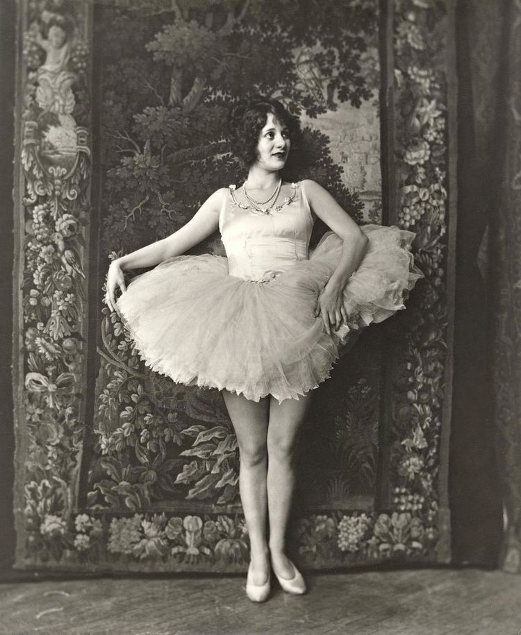 Helene Costello Helene Costello was a famous film actress who performed from 1909