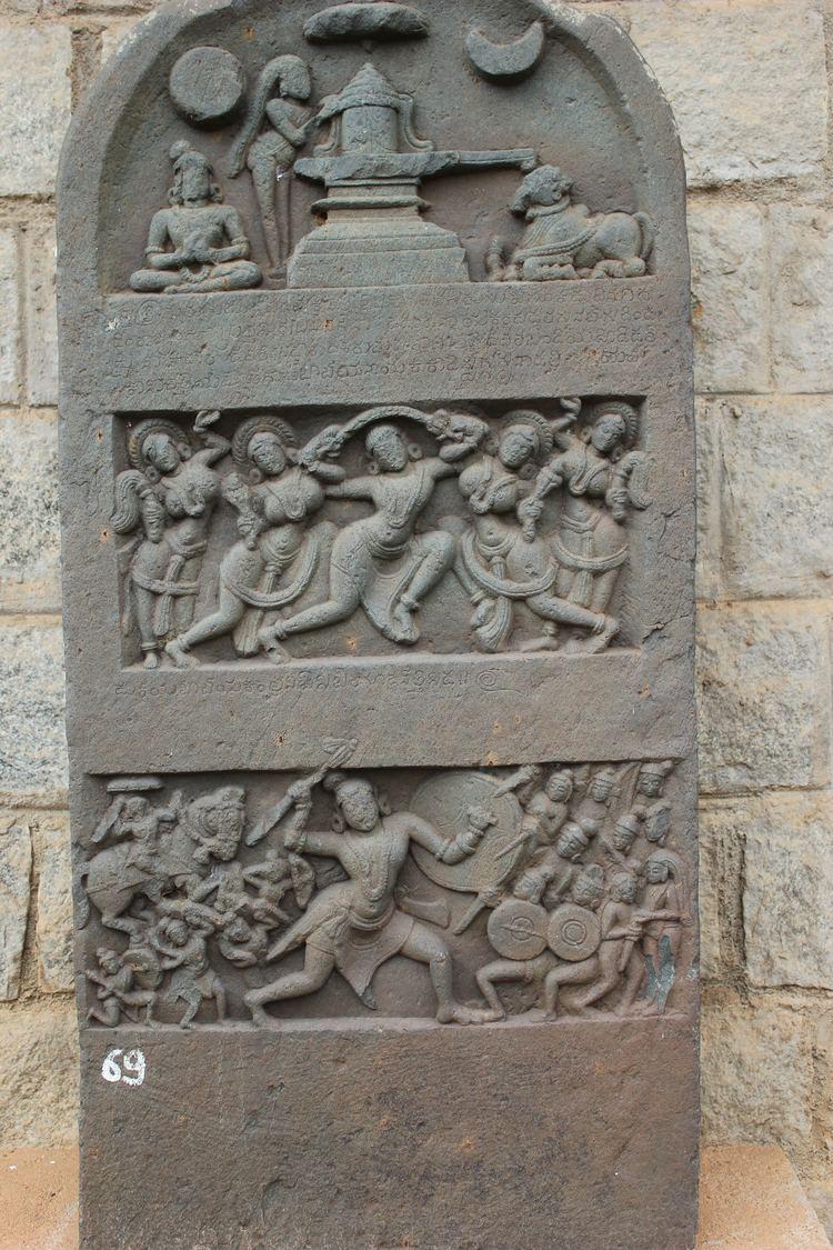 Hero stone FileVirgal hero stone in Kedareshvara temple at Balligavi 1JPG