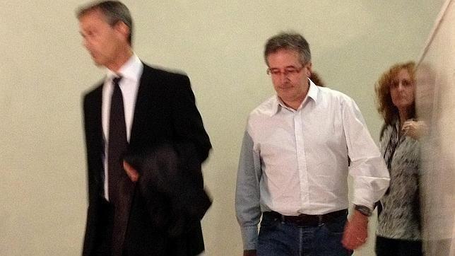 Jordi Ausàs Ocho vdeos muestran al exconsejero Jordi Auss cargando bolsas con