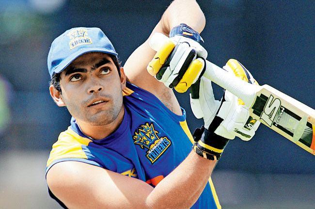 Kamran Akmal (Cricketer) playing cricket