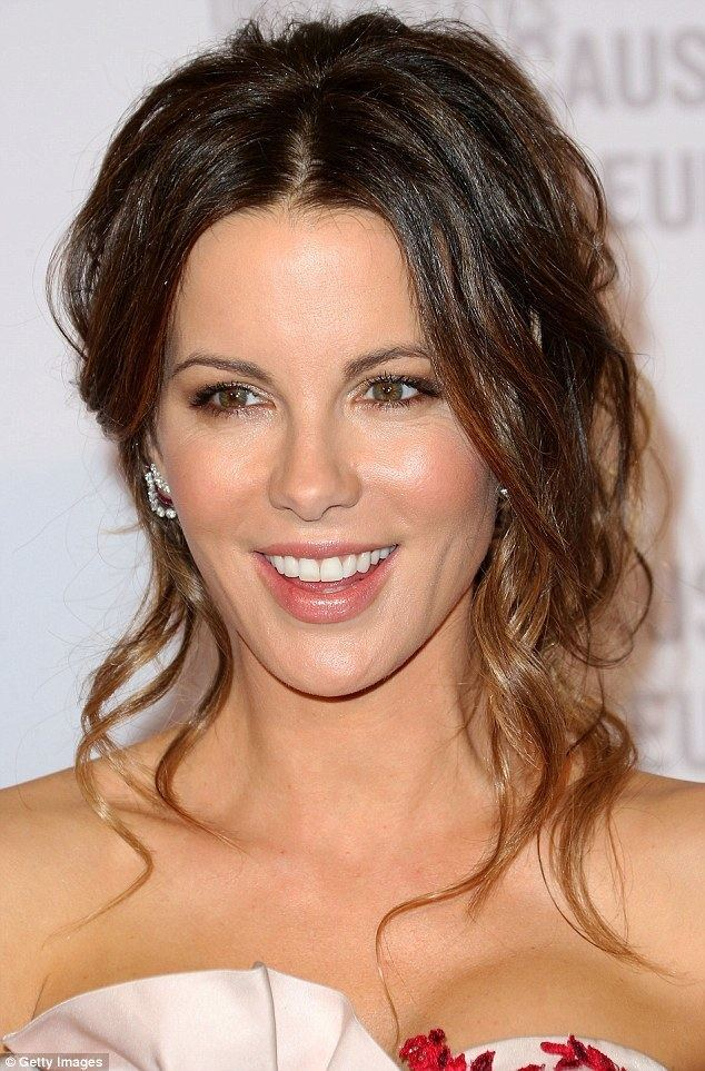 Kate Beckinsale Kate Beckinsale shares awkward kiss with Ben Kingsley at