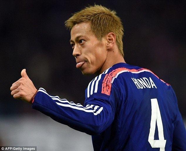 Keisuke Honda Japan coach gives Keisuke Honda the thumbs up as AC Milan