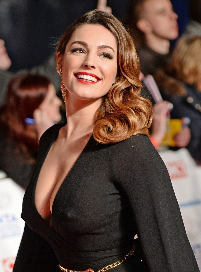 Kelly Brook Kelly Brook flashes her abs in satin crop top as she