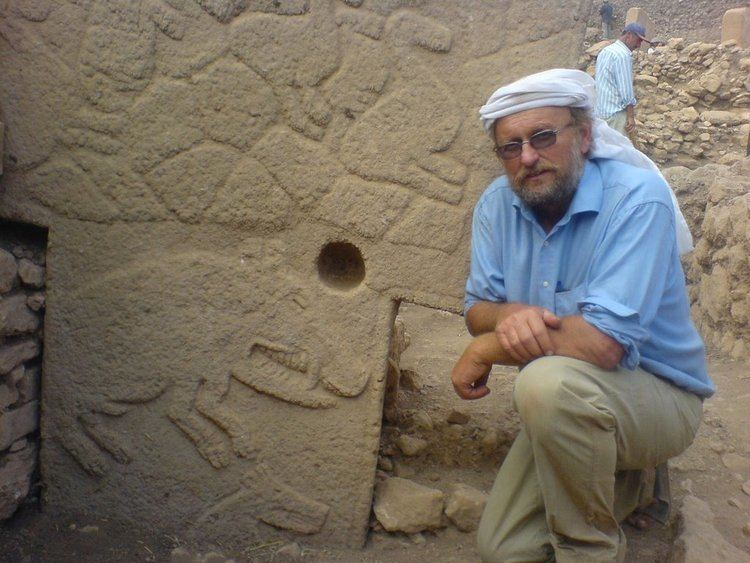 Klaus Schmidt (archaeologist) klausandcarvingsjpg
