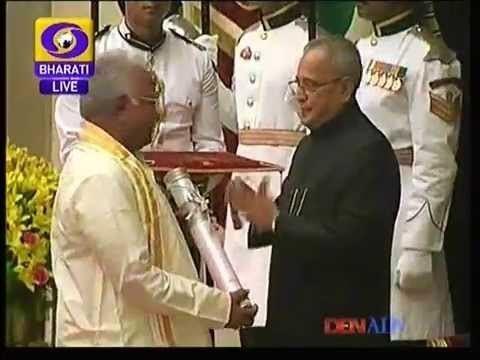 Kolakaluri Enoch Professor Kolakaluri Enoch Receiving Padmasree Award 71875kB Lagu