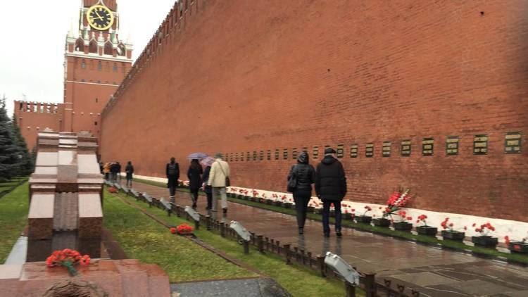 Kremlin Wall Necropolis Visiting Moscow Kremlin Wall Necropolis and Lenin39s Mausoleum