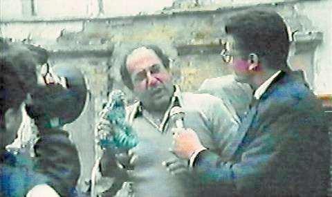 La estrategia del caracol movie scenes El Culebrero Luis Fernando M nera telling his story to the television cameras in La estrategia del caracol