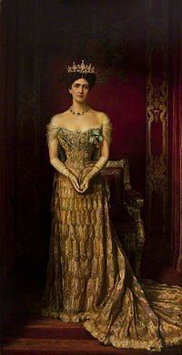 Lady Curzon's peacock dress httpsuploadwikimediaorgwikipediacommonsthu