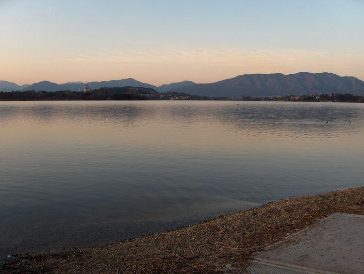 Lago di Comabbio httpsuploadwikimediaorgwikipediacommonsff