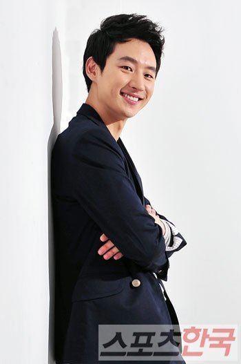 Lee Je-hoon Lee Jehoon chosen as 201239s rising star by newspaper