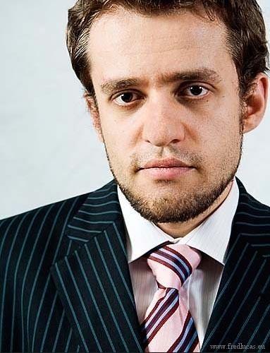 Levon Aronian wwwchessgamescomportraitslevonaronianjpg