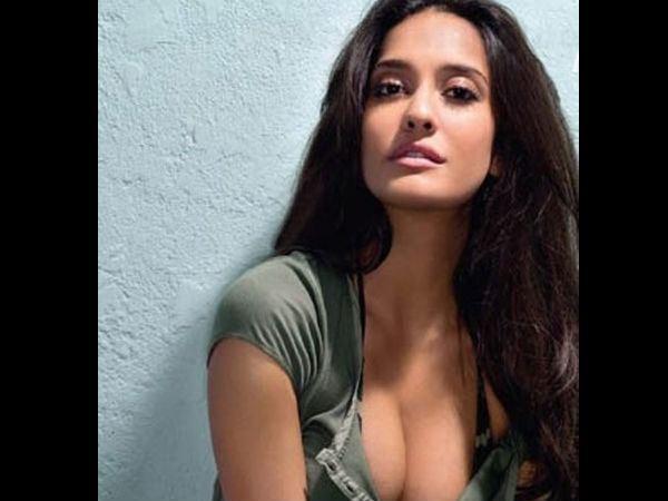 Lisa Haydon Lisa Haydon Refutes Rumour Of LinkUp With Varun Dhawan