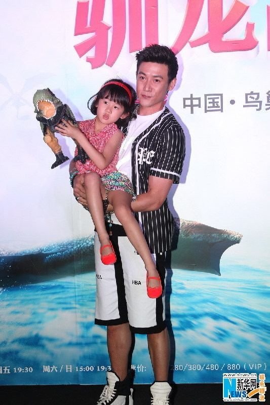 Lu Yi (actor) Actor Lu Yi and daughter Bei Er appear at theater show3